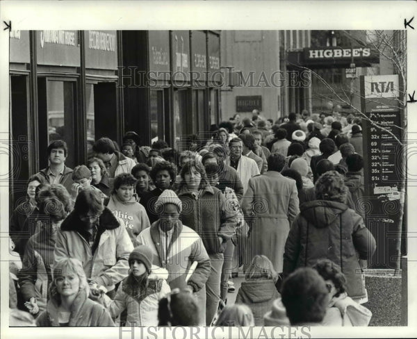 1984 Press Photo Christmas holiday shoppers in front of the May Company - Historic Images