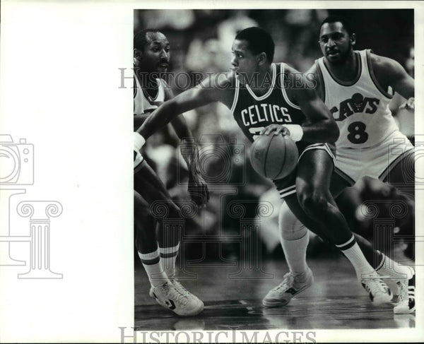 1985 Press Photo Quinn Buckner against Johnny Davis and Lonnie Shelton - Historic Images
