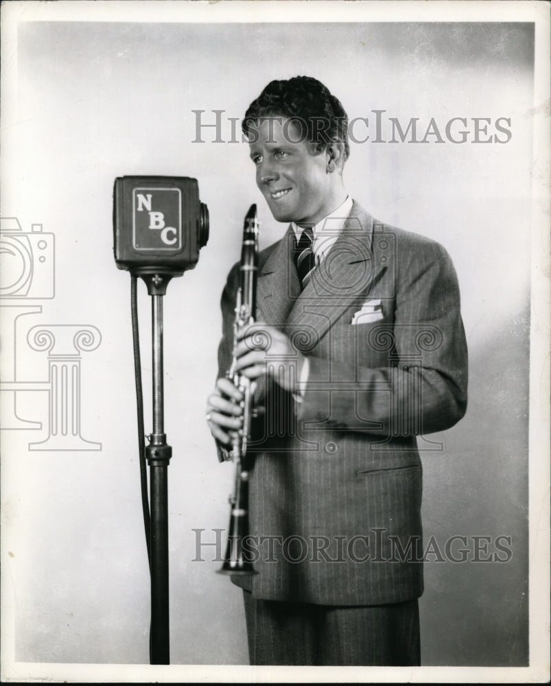 1929, Rudy Vallee on NBC Radio's Variety Hour. - cvp81040 - Historic Images