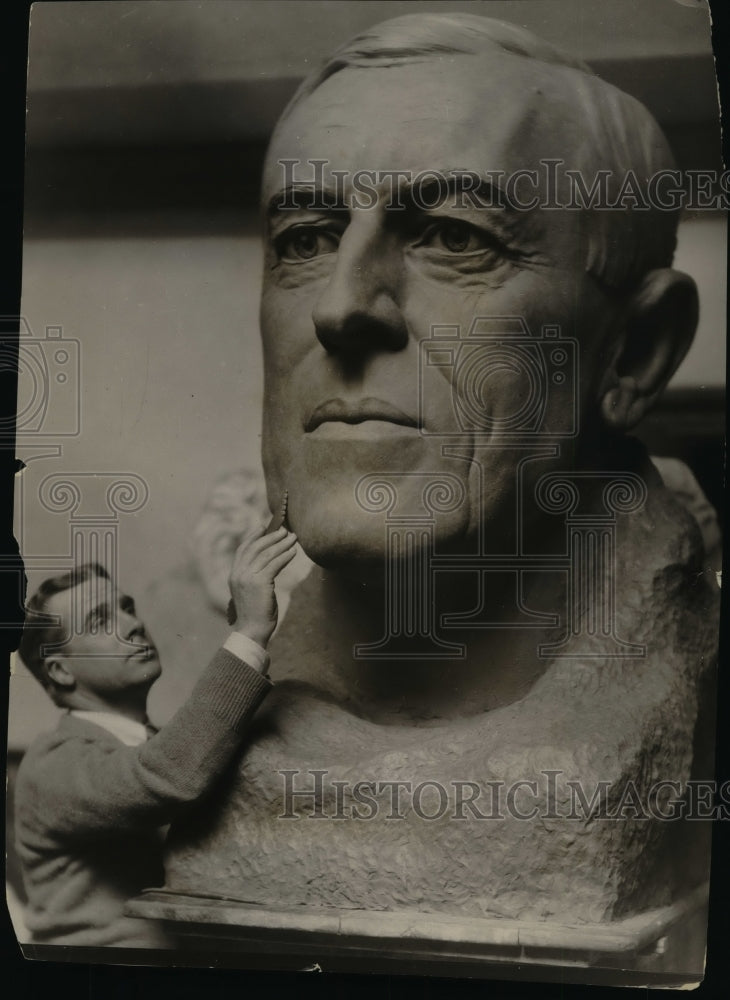 1924, Bryant Baker in his work of art of the late US President - Historic Images