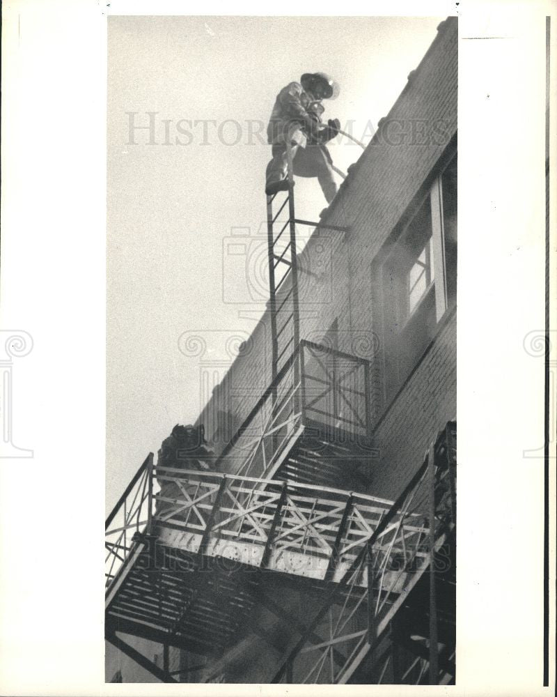 1986 Press Photo Milner Hotel Detroit Fire Firefighters - Historic Images