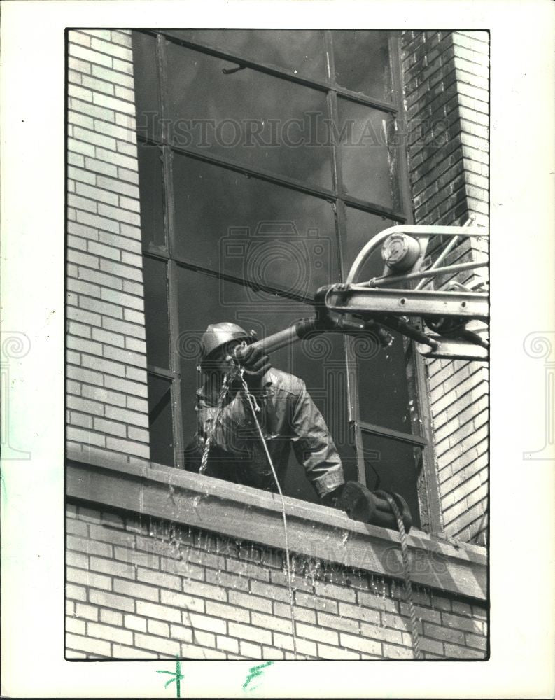1987 Press Photo fireman warehouse fire Pub. Schools - Historic Images
