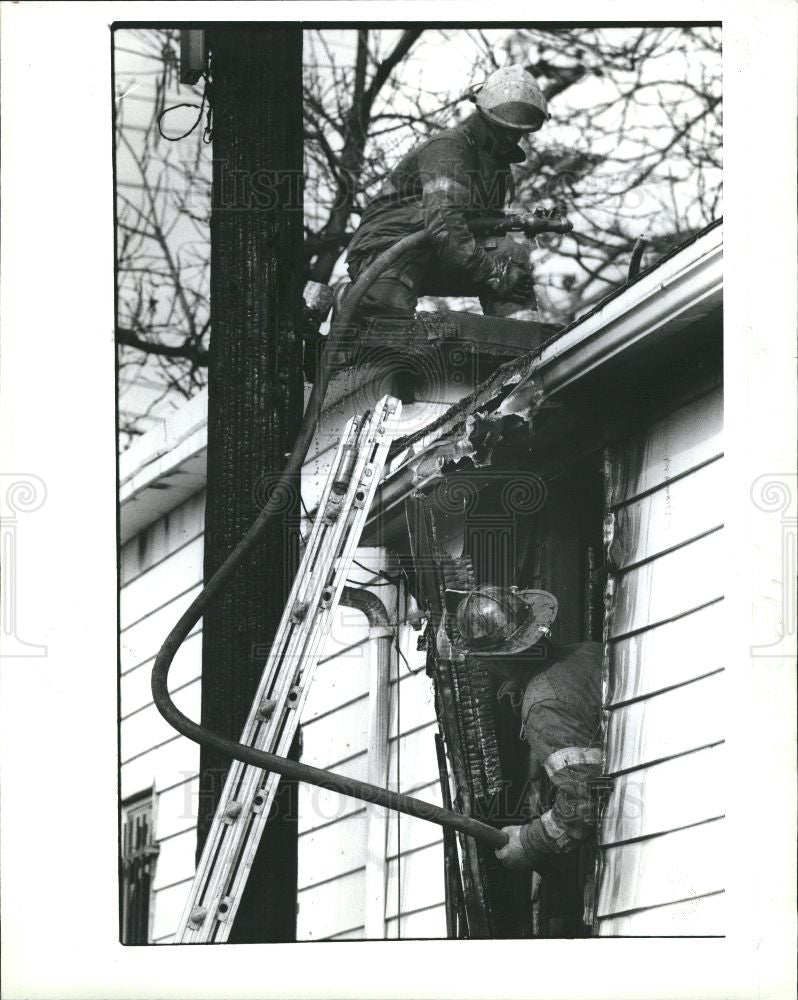 1992 Press Photo Firemen in action - Historic Images
