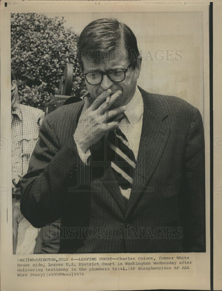 1974 Press Photo Charles Colson leaving court watergate - Historic Images