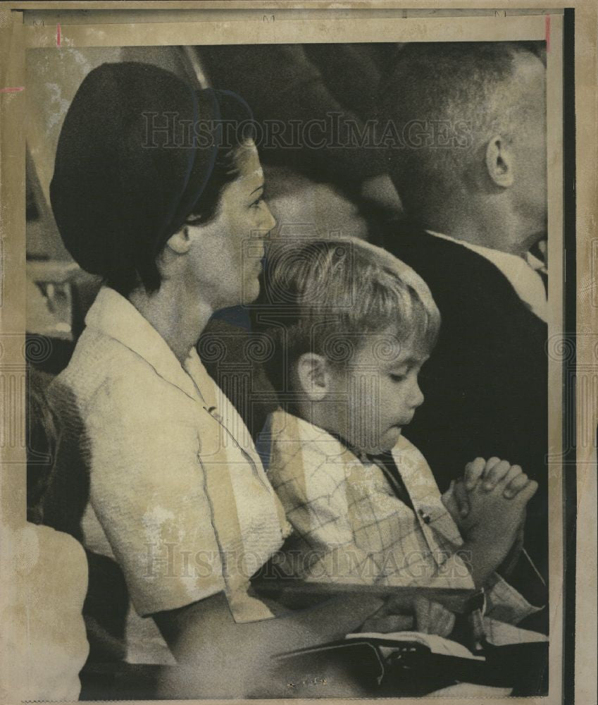 1969 Press Photo Boy Church Mother Praying - Historic Images