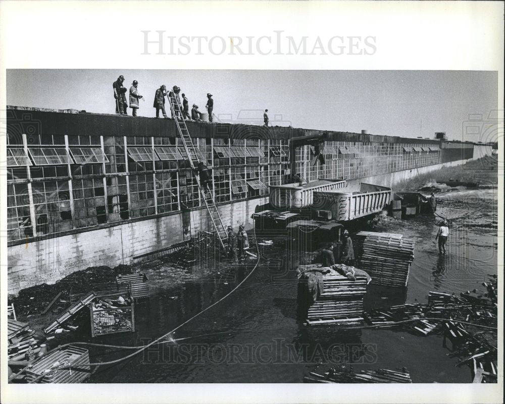 1980 Press Photo Detroit Shatterproof Glass Fire Cabot - Historic Images
