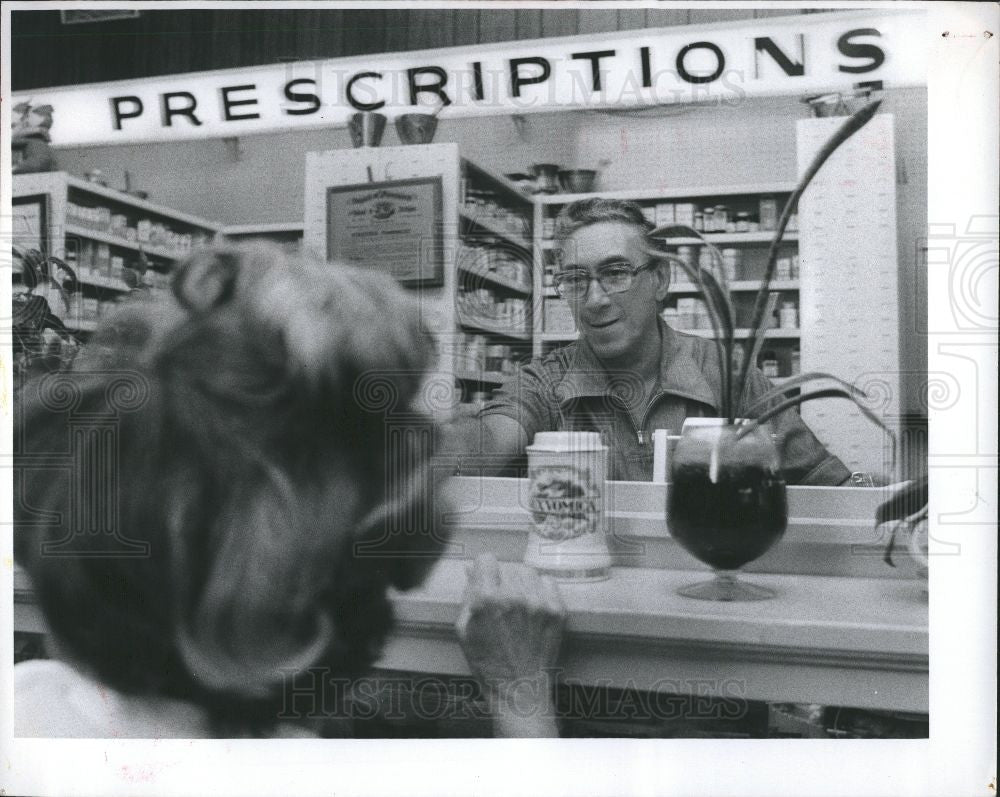 1977 Press Photo drugstore bernie victor drugs - Historic Images