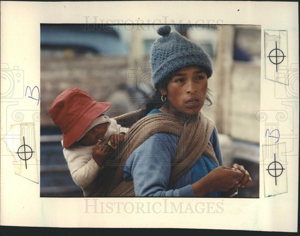 1991 Press Photo Indian market southern Ecuador baby - Historic Images