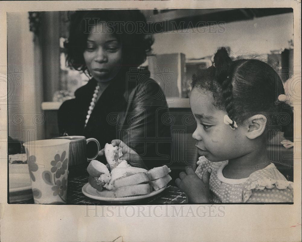 1973 Press Photo Sonya Armstrong Salvation Army meal - Historic Images