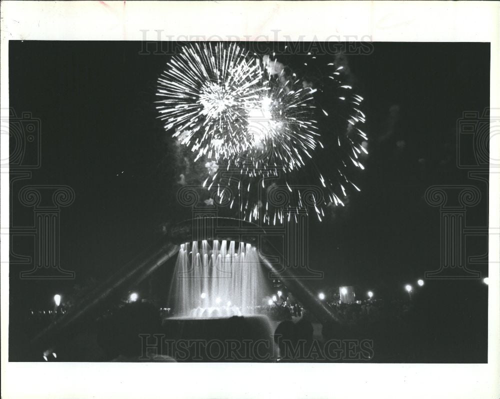 1992 Press Photo Fireworks at the Hart Plaza - Historic Images