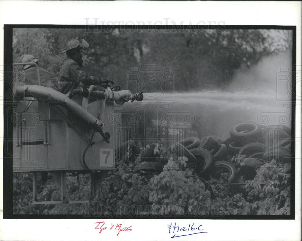 1990 Press Photo Fire fighters Mound and Eight mi rd. - Historic Images