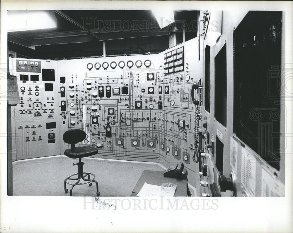 1975 Press Photo Enrico Fermi, sub-control room - Historic Images