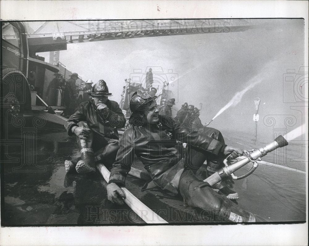 1977 Press Photo Fire Fighting - Historic Images