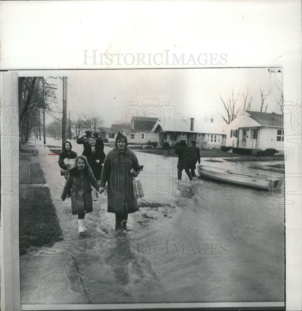 1966 Press Photo Floods - Historic Images