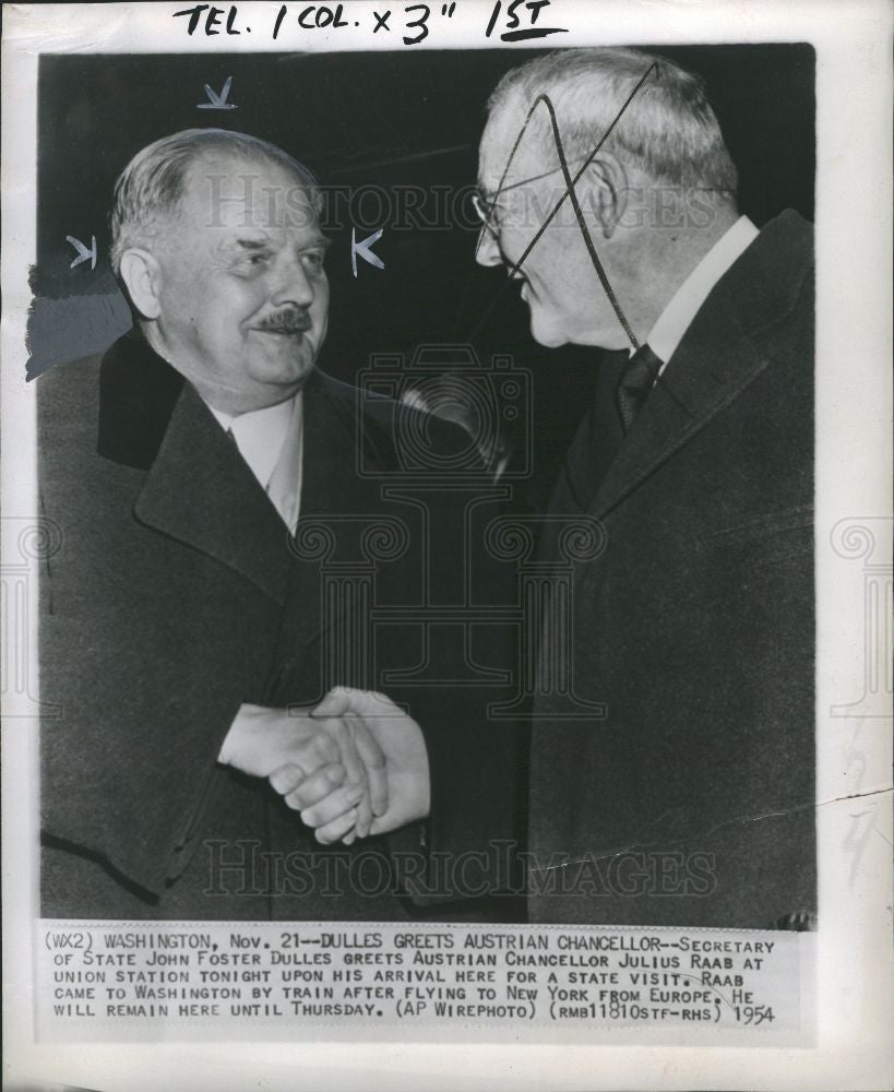 1954 Press Photo John Fostner Dulles greets Julius Raas - Historic Images