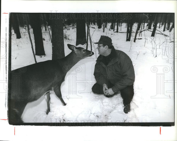 1992 Press Photo Larry Farley, calendars, deer - Historic Images