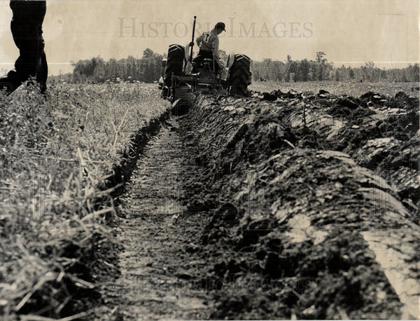 1958 Press Photo plough tool farming soil agriculture - Historic Images