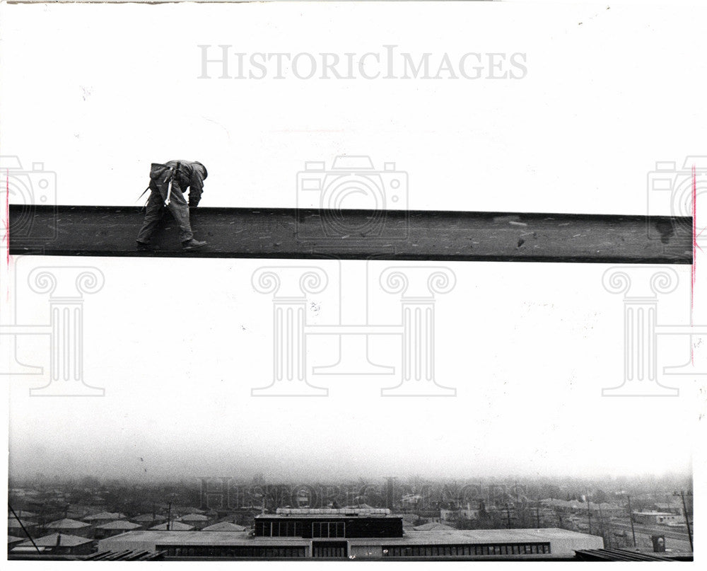 1970 Press Photo Samuel Jones high on a beam - Historic Images