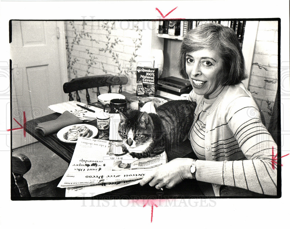 1988 Press Photo Heather Kahler Free Press Reader Cat - Historic Images