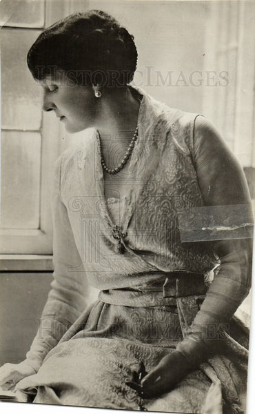 1926 Press Photo Emily Post Watches Out Window - Historic Images