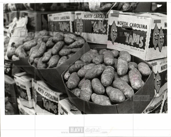1975 Press Photo Sweet Potatoes Agriculture Market - Historic Images