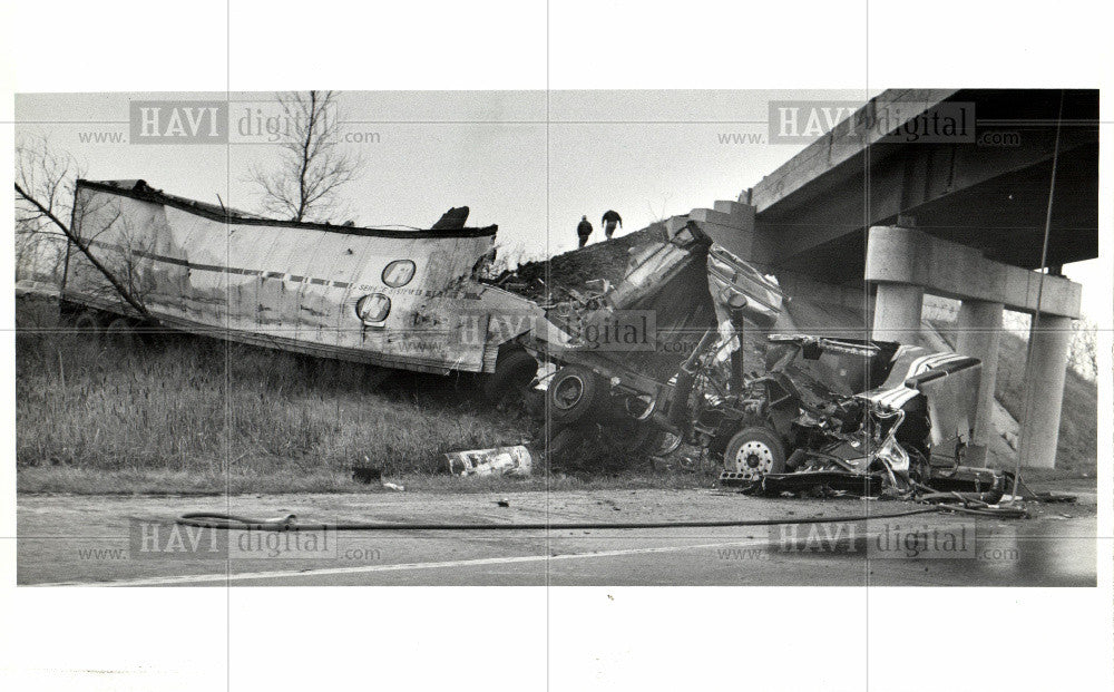 1985 Press Photo Truck - accidents truck overturns - Historic Images