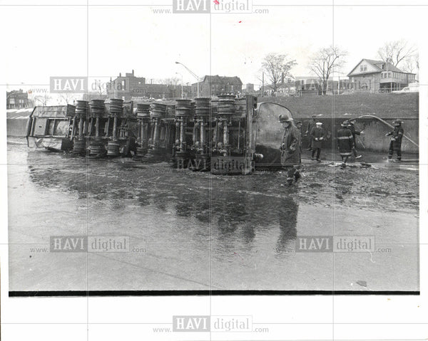 1977 Press Photo Truck Accidents - Historic Images