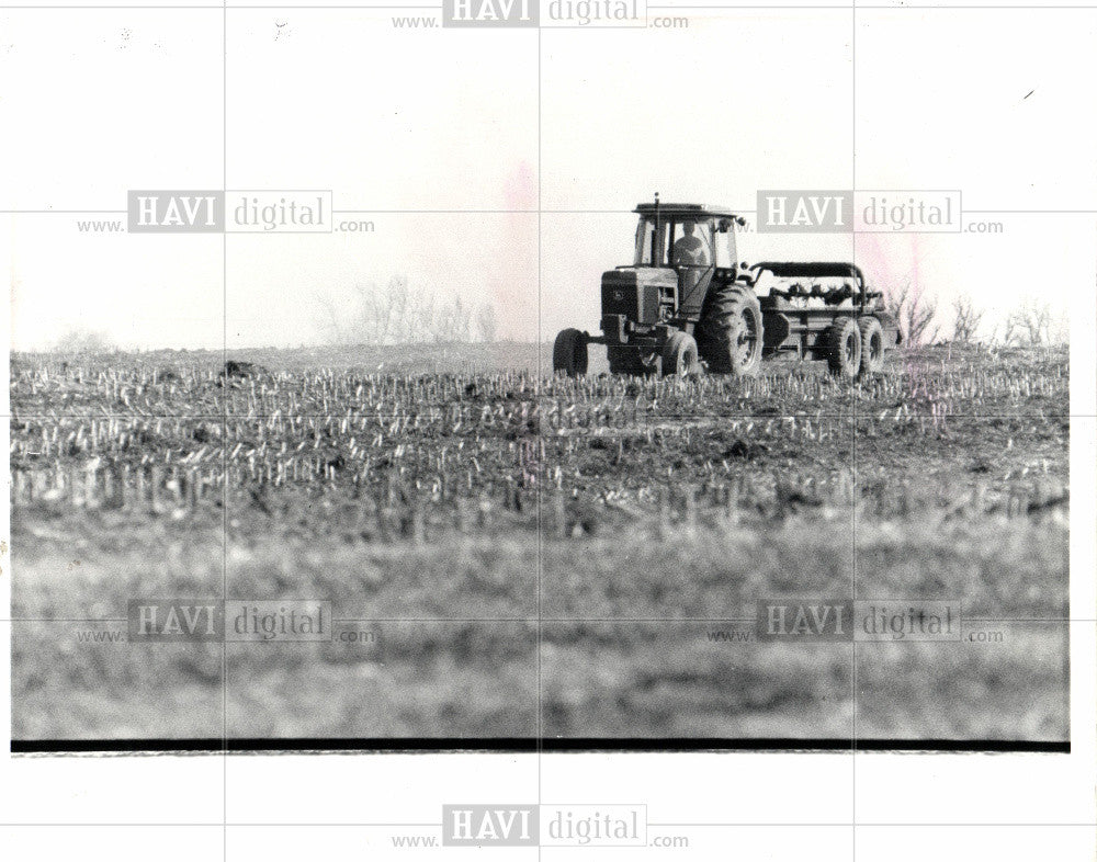 1983 Press Photo Tractor, Agriculture, Crops - Historic Images