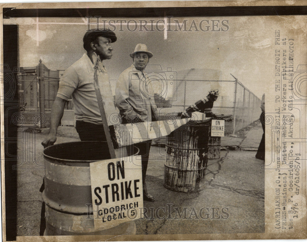 1975 Press Photo United Rubber Worker Strikers - Historic Images