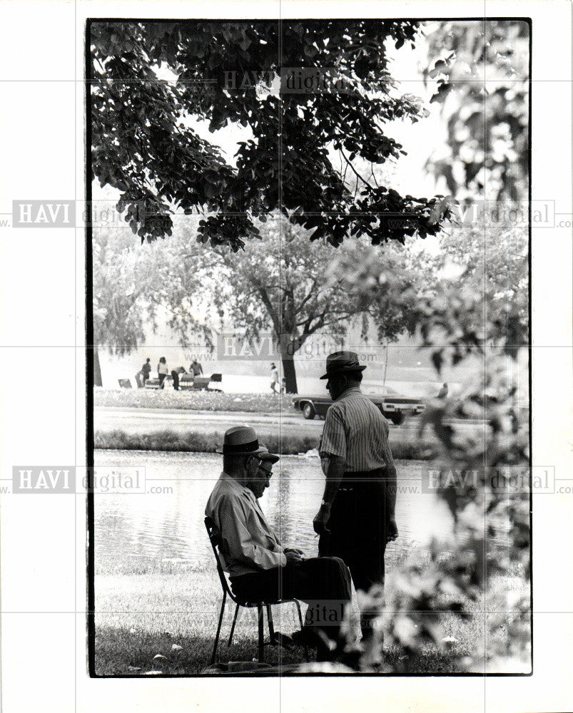 1978 Press Photo Bell Isle bench men Memorial Day shade - Historic Images