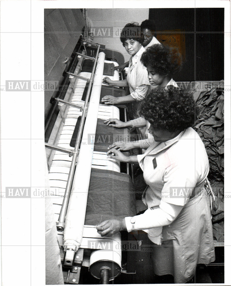 1978 Press Photo laundry staff pressing napkins  PLAZA - Historic Images