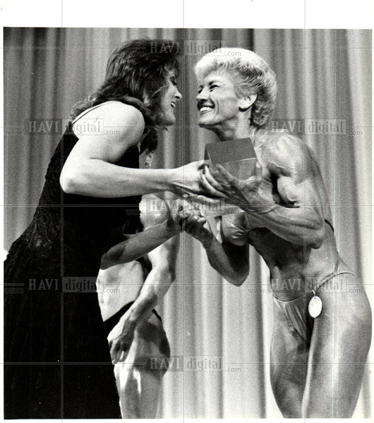 1985 Press Photo Body Building Trophy Women - Historic Images