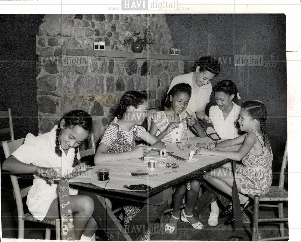 1942 Press Photo Camp Norcom Crafts Girls - Historic Images