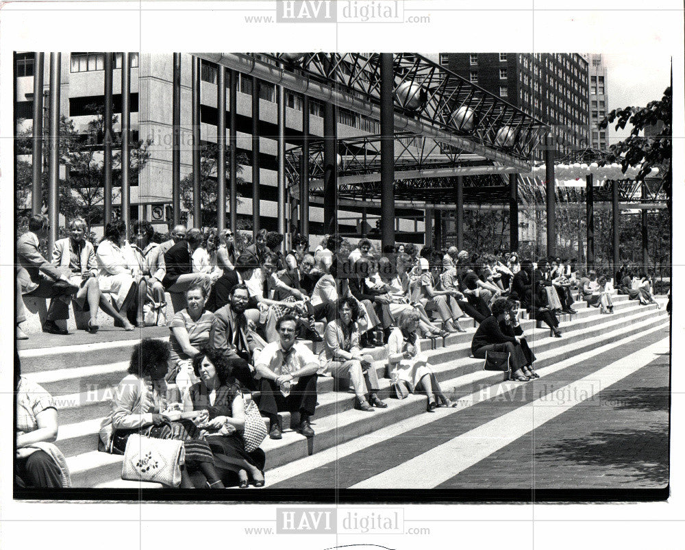 1982 Press Photo Washington Blvd Concert Crowd Listen - Historic Images