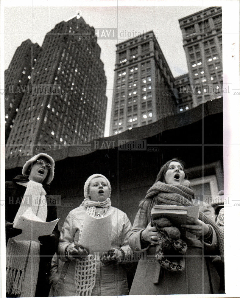 1975 Press Photo Christmas Carolers Kennedy Square - Historic Images