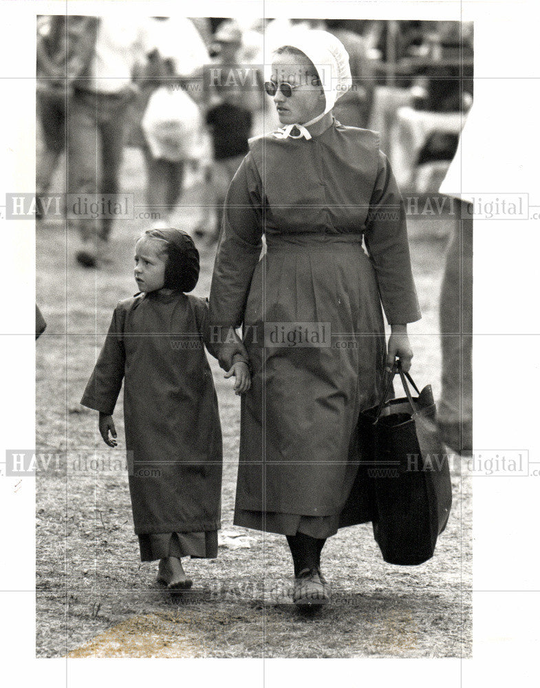 1991 Press Photo Amish woman and child at flea market - Historic Images