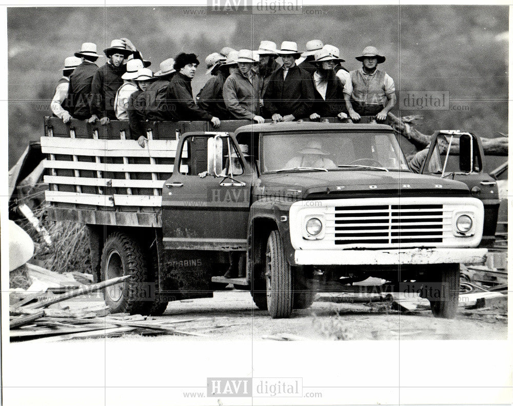 1985 Press Photo Truck carrying lots of amish people - Historic Images