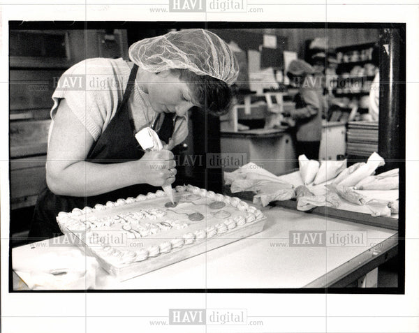 Press Photo Kristin Twigg Thrift Shop cake - Historic Images