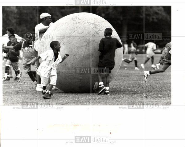 1992 Press Photo KIDS HAVING FUN OUTSIDE - Historic Images