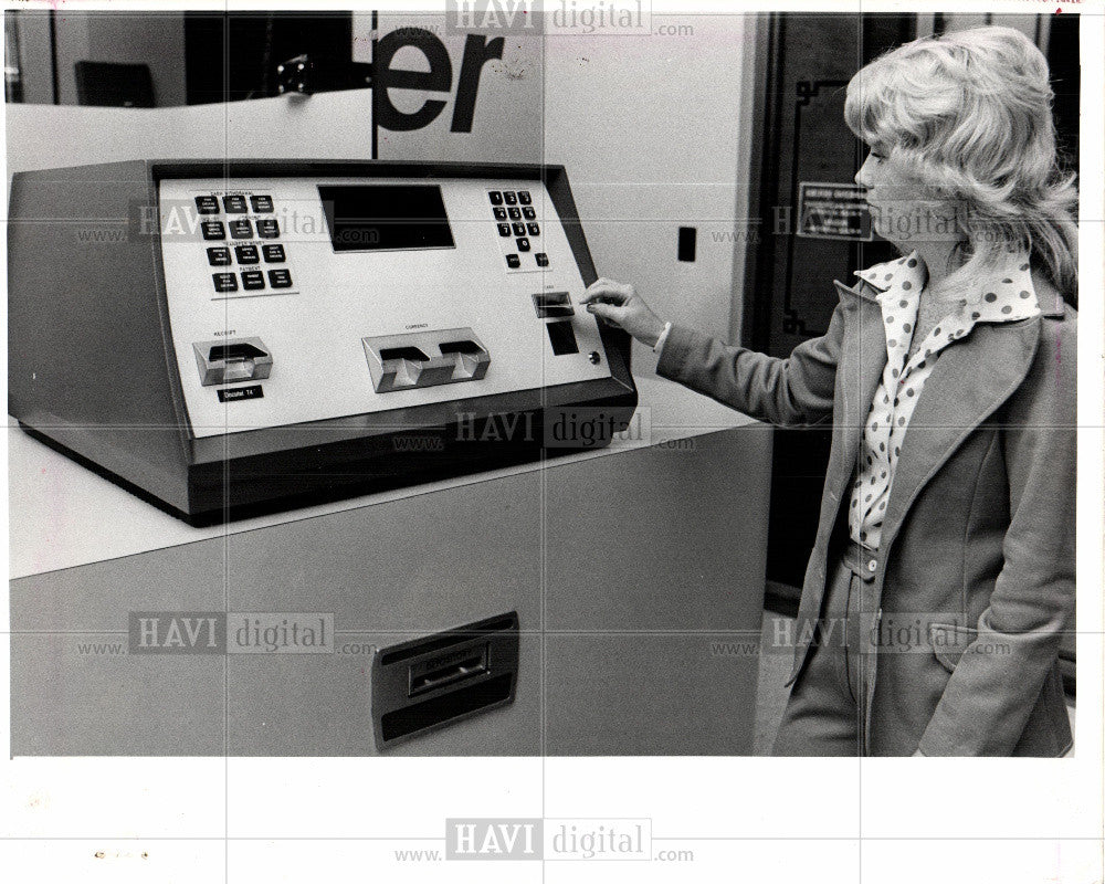 1976 Press Photo bankcomputer illegal  removed - Historic Images