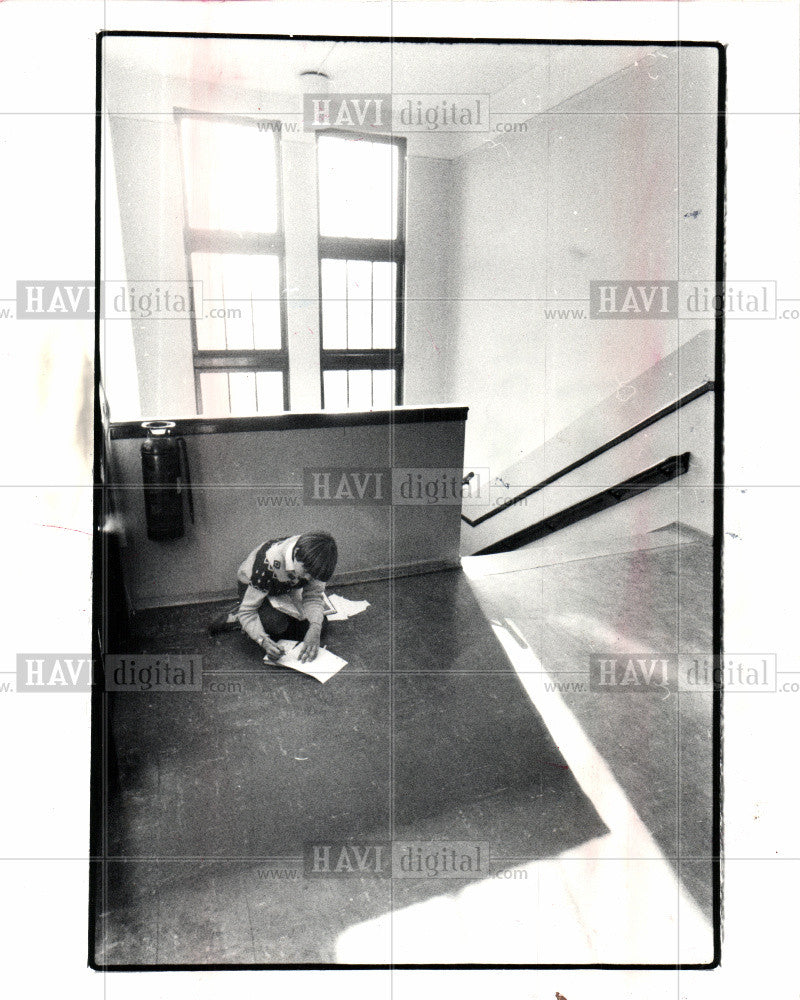 1982 Press Photo grader, spot,home work,sun,top floor - Historic Images