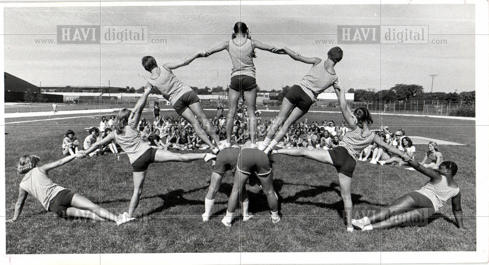 1977 Press Photo cheer camp 23 new cheers each year - Historic Images