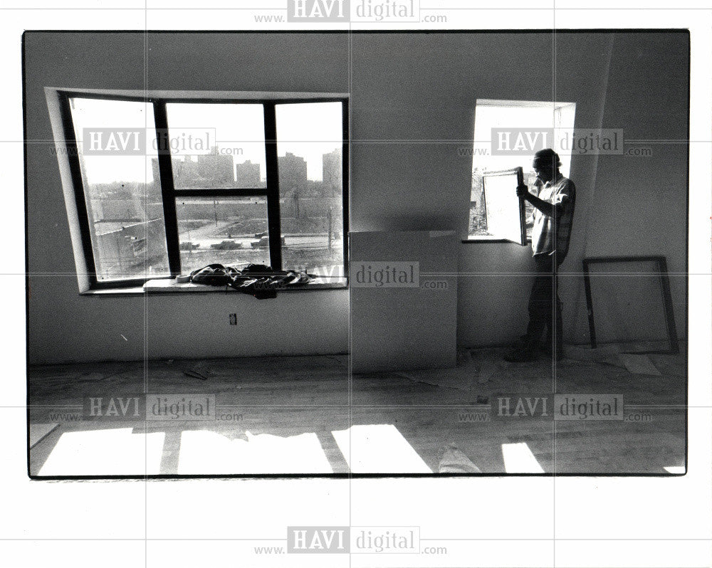 1983 Press Photo cass corridor apartment worker - Historic Images