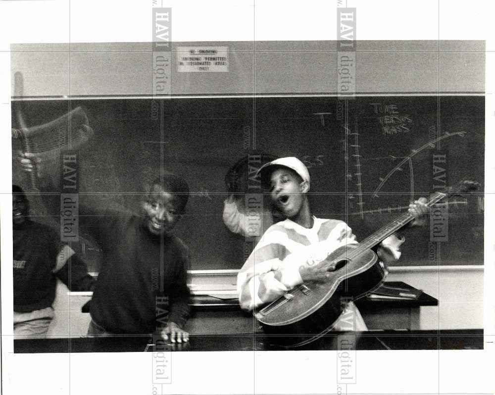 1990 Press Photo Detroit middle school students Oakland - Historic Images