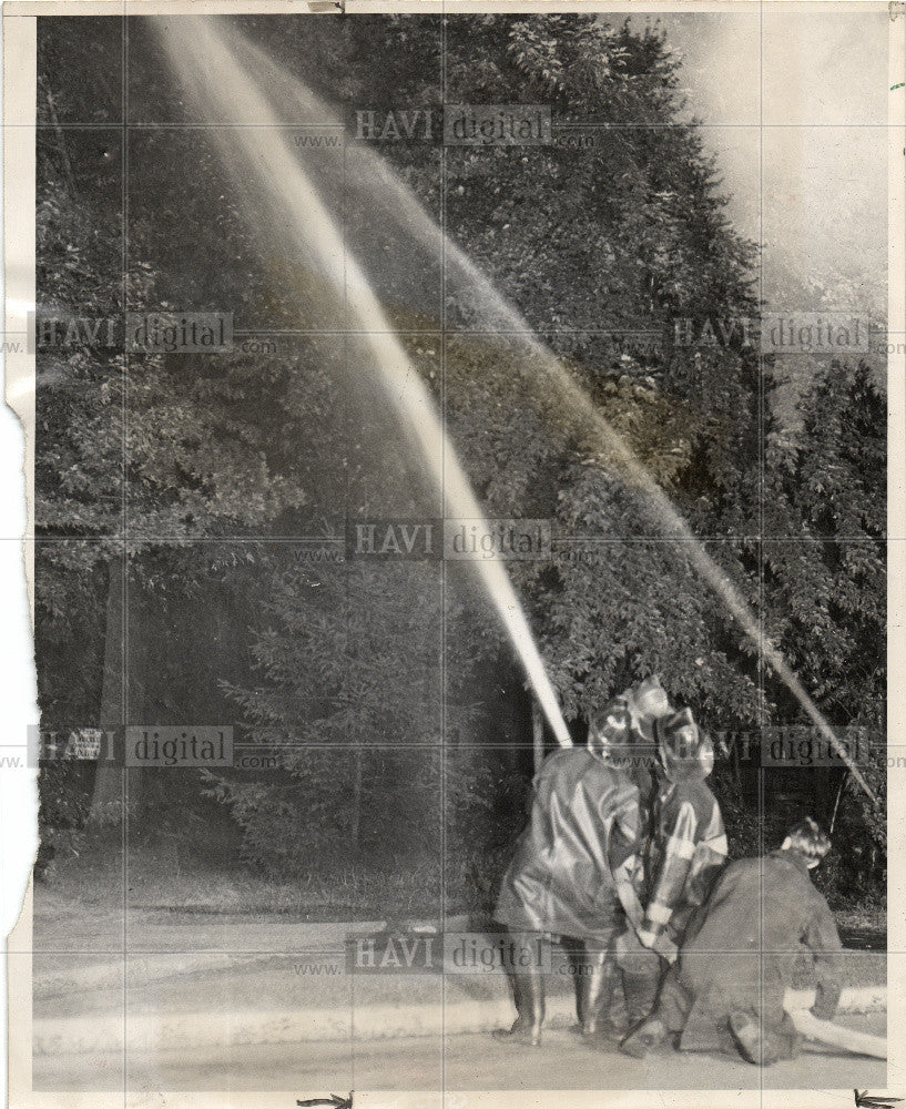 1947 Press Photo Firemen Hose Water Starlings LaSalle - Historic Images