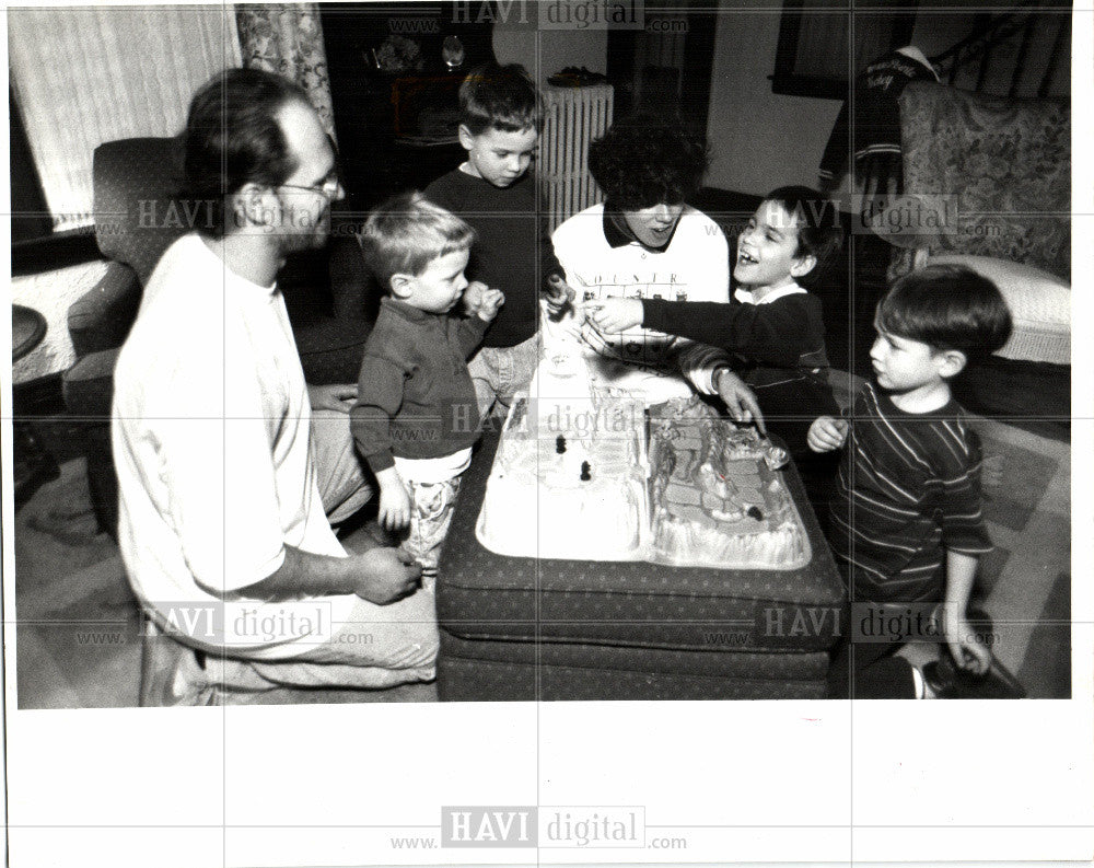 1983 Press Photo Jim & Kelly Hurley entertain their son - Historic Images