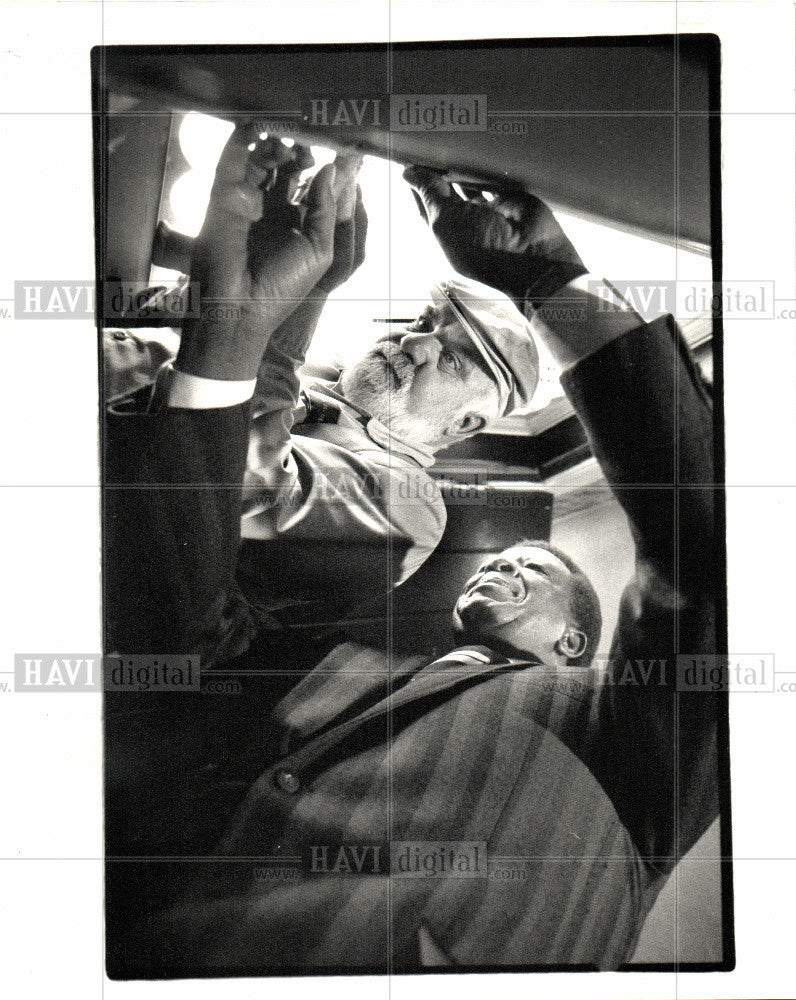 1988 Press Photo William Hart  Sal Rubbo dead-bolt - Historic Images