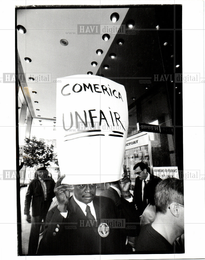 1990 Press Photo Comerica Bank protest Nathaniel Hazzie - Historic Images