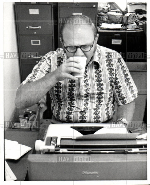 Press Photo Jack Saylor Drinking Coffee - Historic Images
