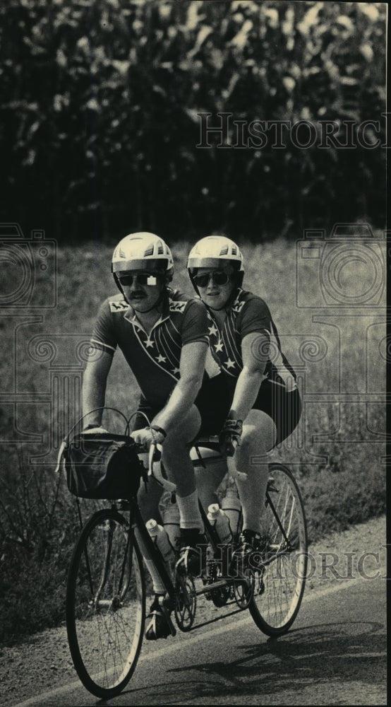 1986 Press Photo Brad Yundt and Jan Bennicoff on a bicycle built for two - Historic Images